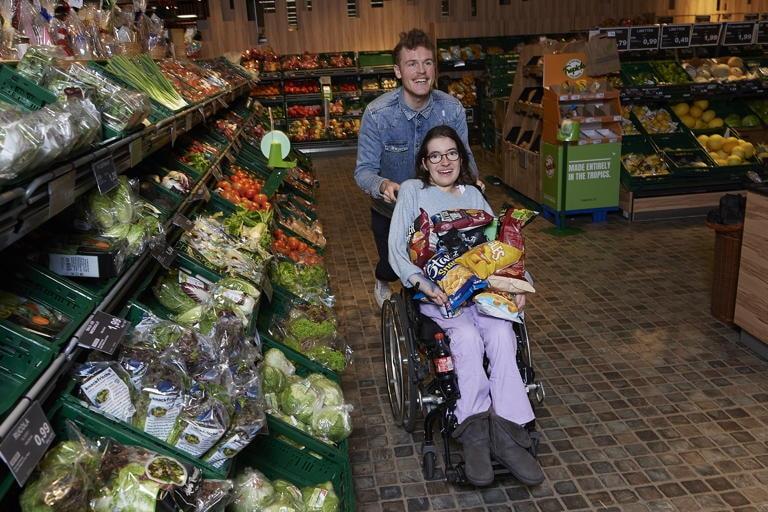 Laura, 22, mit Florian 28, ehrenamtlicher Mitarbeiter